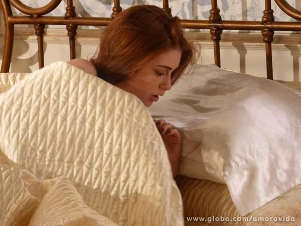 Nicole acorda e vê seus fios no travesseiro (Foto: Amor à Vida / TV Globo)