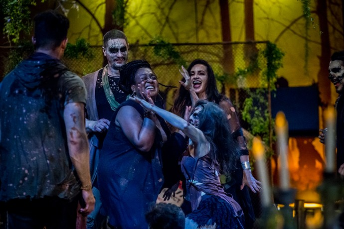Roberta se diverte em dança com os zumbis (Foto: Globo/Paulo Belote)