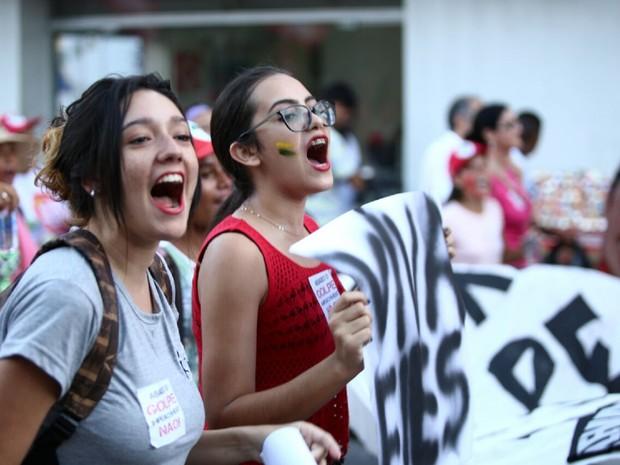 Jovens contra o impeachment saem pelas ruas de Maceió  (Foto: Jonathan Lins/G1)