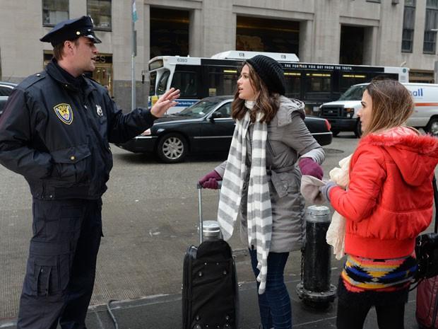 As duas irmãs são paradas pela polícia (Foto: Globo/Zé Paulo Cardeal)