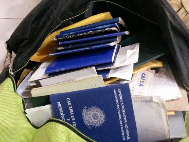 Documentos falsos eram usados para requerer benefícios sociais (Foto: Joyce Mackay / G1)