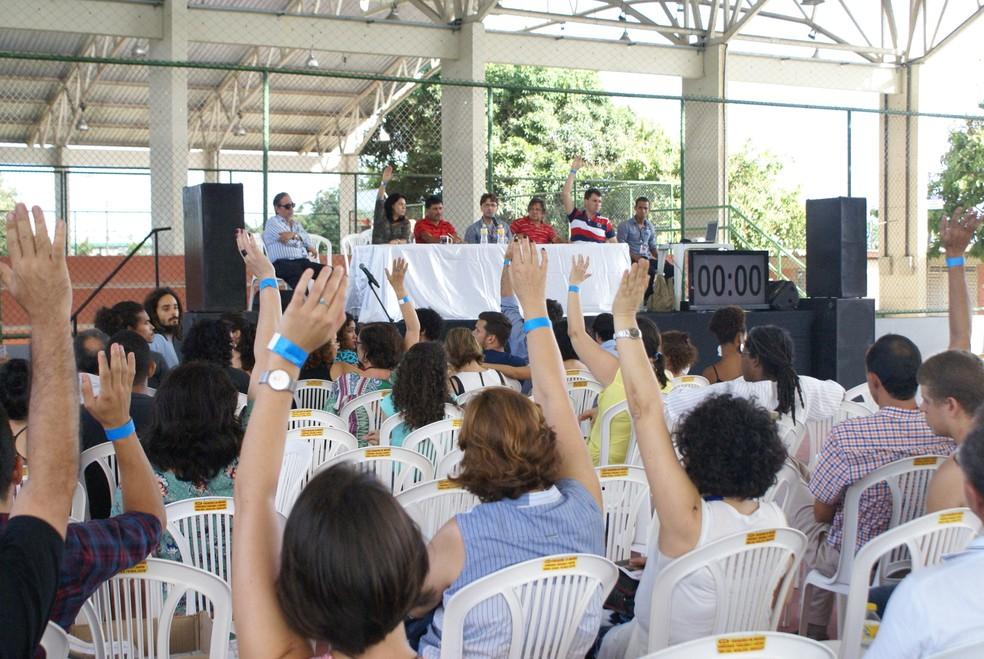 Docentes da UFPE aprovaram encerramento da greve nesta quinta (15), em assembleia no Clube Universitário (Foto: Wilton Pontes/Divulgação)