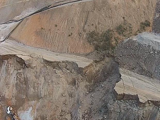 Parte do degrau da barragem Germano, em Minas, cedeu após o colapso da barragem do Fundão (Foto: Corpo de Bombeiros/Reprodução/Fantástico)