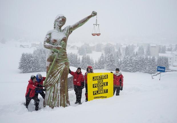 Estátua do Greenpeace foi colocada em Davos (Foto: Greenpeace/Ex-Press/Flurin Bertschinger)