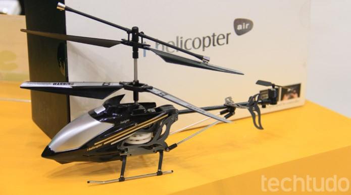 O i-helicoptero air, da HappyCow, é um dos muitos veículos que trocaram o velho controle remoto dedicado por um smartphone (Foto: Renato Bazan/TechTudo)
