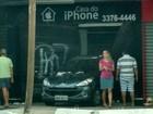 Quadrilha invade loja de celulares em Vitória com carro roubado