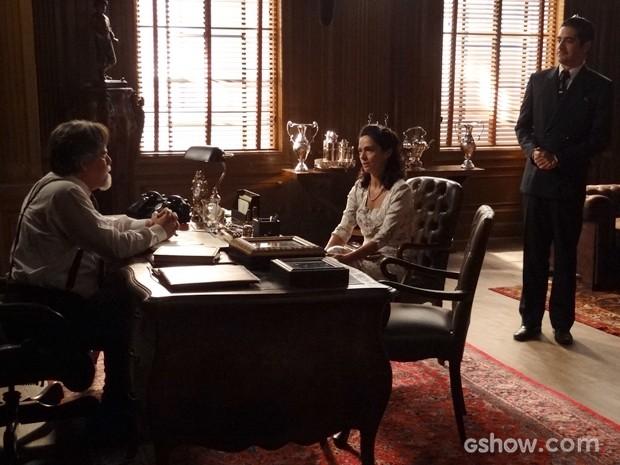 Ernest contrata Laura e Décio como funcionários da joalheria (Foto: Joia Rara/TV Globo)