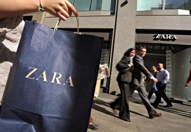 Consumidor carrega sacola da rede Zara ; Inditex ; consumo ; varejo ;  (Foto: Denis Doyle/Bloomberg via Getty Images)