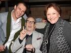 Recuperando-se de um câncer, Paulo Goulart vai ao teatro com Nicette