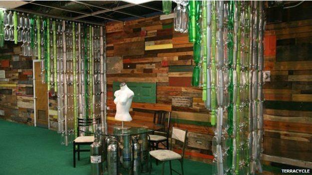 Nos EUA, o escritório da TerraCycle é decorado com divisórias feitas de garrafas recicladas (Foto: TerraCycle/BBC)