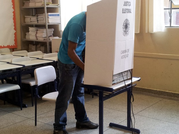 Eletor vota para prefeito na eleição em Eldorado, SP (Foto: Mariane Rossi/G1)