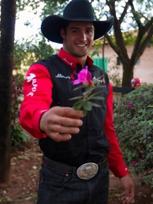Para Forzan, o peão apaixonado oferece flores à mulher amada (Foto: Alfredo Risk/G1)