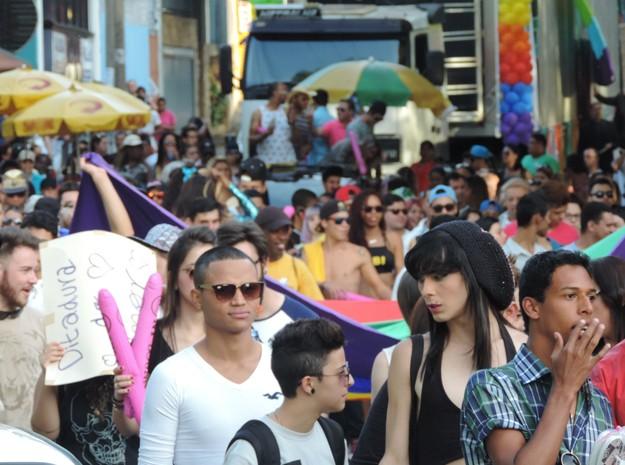 Cerca de 500 pessoas participaram da caminhada (Foto: Jonathan Oliveira/G1)