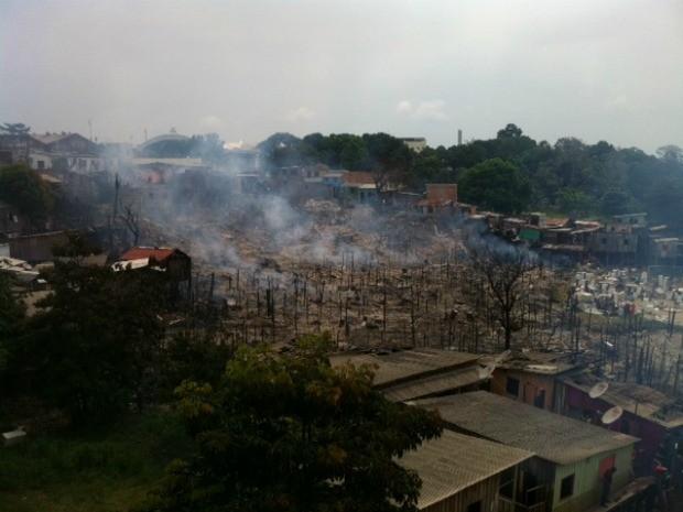 Bombeiros conseguiram controlar incêndio em casas no bairro São Jorge, Zona Oeste de Manaus (Foto: Adneison Severiano/G1 AM)