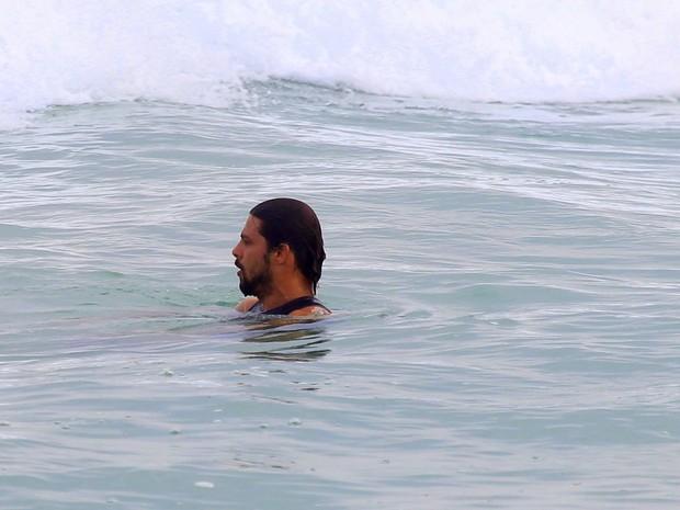 Cauã Reymond surfa na praia da Barra da Tijuca, RJ (Foto: Gabriel Rangel / Agnews)