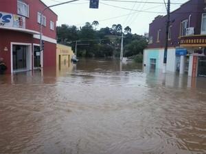 Centro de Rio Negrinho foi tomado pelas águas (Foto: Sara Kirchof/RBS TV)