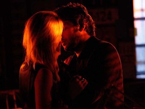 Uau!! Megan e Davi não resistem e se beijam (Foto: Raphael Dias/TV Globo)
