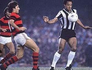 Destaque Arena SporTV - Reinaldo domina a bola, observado por Zico, na final de 1980 (Foto: Divulgação)