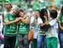 Parentes de vítimas e sobreviventes ganham homenagens na Arena Condá