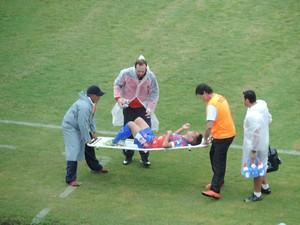 Edson Pio deixou a partida após receber falta dura  (Foto: Murilo Rincon / GloboEsporte.com)
