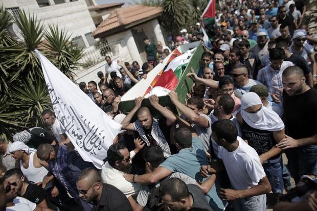 Parentes e amigos de Mohammed Abu Khder carregam o caixão com seu corpo nesta sexta-feira (16) no bairro de Shuafat, em Jerusalém (Foto: Ahmad Gharabli/AFP)