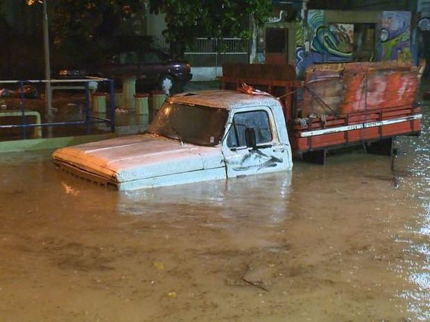 Área sofre alagamentos em períodos de forte chuva (Foto: Reprodução/ TV Gazeta)