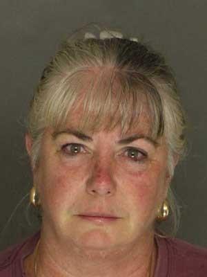 Kimberly Ann Crosier-Crowley foi presa por urinar no sofá de seu vizinho (Foto: Divulgação/  York County Sheriff)