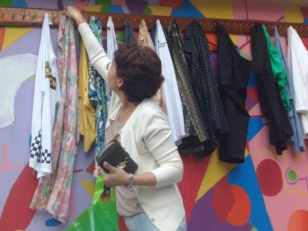 Dona de casa Tânia Moraes pegou saia para a filha e pendurou algumas peças de roupa para retribuir a gentileza (Foto: Daniel Silveira/G1)