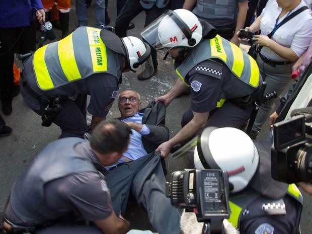 Eduardo Suplicy é agarrado por policiais militares para ser levado após protesto contra reintegração de posse (Foto: Uriel Punk/Futura Press/Estadão Conteúdo)