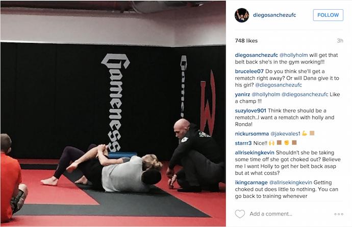 Holly Holm treinando defesa de mata-leão (Foto: Reprodução/ Instagram)