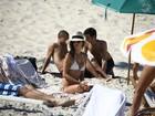 Alessandra Ambrósio curte praia em família e exibe boa forma