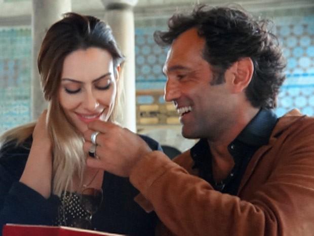 Apaixonado, Zyah dá comida na boca de Bianca (Foto: Salve Jorge/TV Globo)