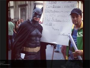 Marcelo Serrado posa ao lado de homem vestido de Batman durante manifestação no Rio (Foto: Reprodução/Twitter)