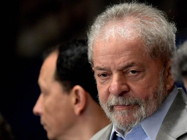 O ex-presidente Luiz Inácio Lula da Silva acompanha a sessão do Senado que recebe a presidente afastada Dilma Rousseff para fazer sua defesa contra o processo de impeachment, em Brasília (Foto: Evaristo Sá/AFP)