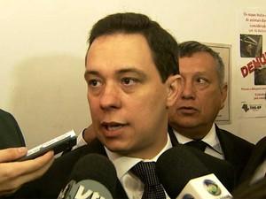 Edson Moura Júnior (centro) é diplomado em Cartório Eleitoral como prefeito de Paulínia (SP) (Foto: Reprodução EPTV)