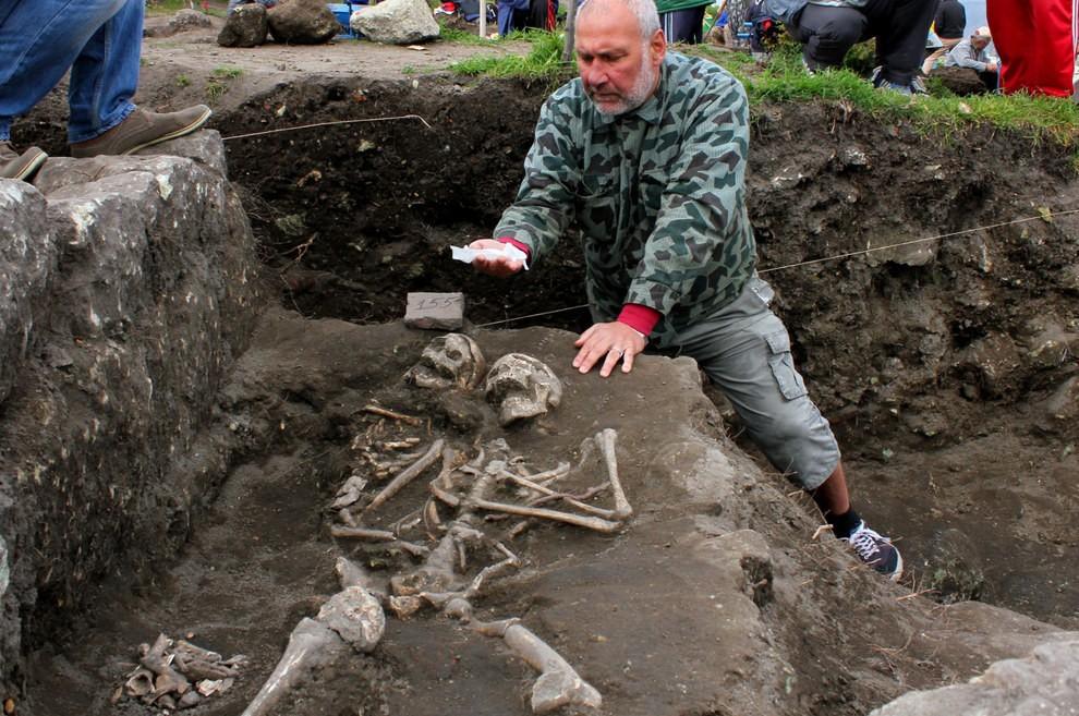 """Arqueólogos encontram esqueleto de """"vampiro"""", com estaca alojada no peito"""