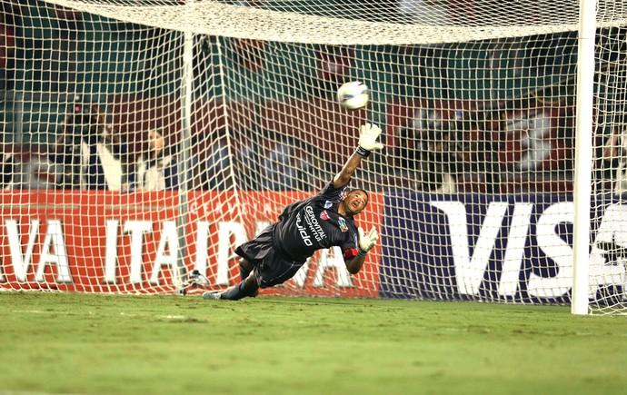 Julio Cesar do crb faz defesa contra o São paulo (Foto: Marcos Ribolli)