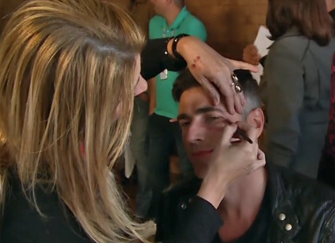 Reynaldo Gianecchini passa por maquigem para ganhar hematomas no rosto (Foto: Vídeo Show / TV Globo)