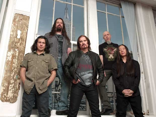 A nova forma&#231;&#227;o do Dream Theater, que toca no Brasil nesta semana: a partir da esquerda, o baterista Mike Mangini, o guitarrista John Petrucci, o vocalista James LaBrie, o tecladista Jordan Rudess e o baixista John Myung (Foto: Divulga&#231;&#227;o)