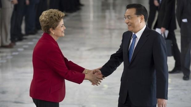 A presidente Dilma Rousseff recebe o primeiro-ministro da China, Li Keqiang, no Palácio do Planalto, em cerimônia oficial de boas-vindas (Foto: Marcelo Camargo/Agência Brasil)