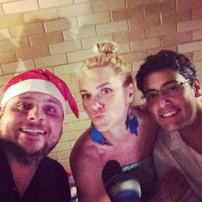 Produtor Leo Fuchs com Carolina Dieckmann e Bruno De Luca em festa no Rio (Foto: Instagram/ Reprodução)