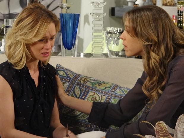 Vânia tenta consolar a amiga (Foto: Guerra dos Sexos/TV Globo)