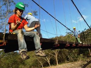 A engenheira descreve os detalhes da construção de uma ponte em Santa Lúcia, na Nicarágua, em 2012 (Foto: Bridges to Prosperity)