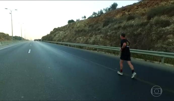 Clayton Conservani correndo a maratona da Bíblia (Foto: Reprodução TV Globo)