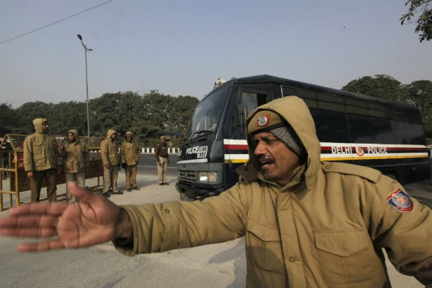 Um veículo transportando os cinco acusados de estuprar e matar a jovem estudante indiana Jyoti Singh Pandey chegam ao tribunal em Nova Délhi (Foto: Manish Swarup/AP)