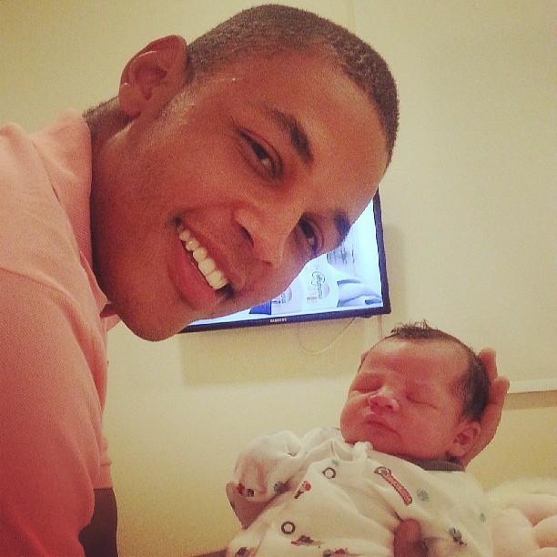 Patrick, namorado de Simony, com o filho Anthony (Foto: Reprodução/Instagram)