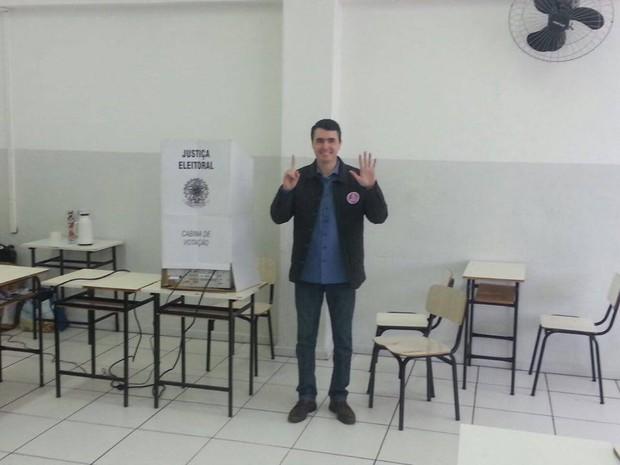 Bruno Siqueira votou na sede da Universidade Presidente Antônio Carlos  (Foto: Rafael Antunes/G1)