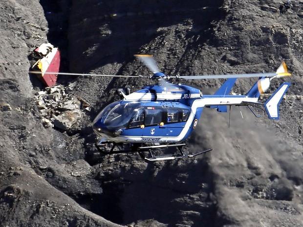 Helicóptero participa de resgate de destroços e restos mortais nos Alpes Franceses, três dias após a queda do avião da Germanwings que deixou 150 mortos (Foto: Emmanuel Foudrot/Reuters)