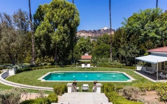 A piscina é cercada por jardins e tem uma vista indevassável (Foto: Reprodução)