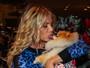 Karina Bacchi leva lambida de cachorro na boca